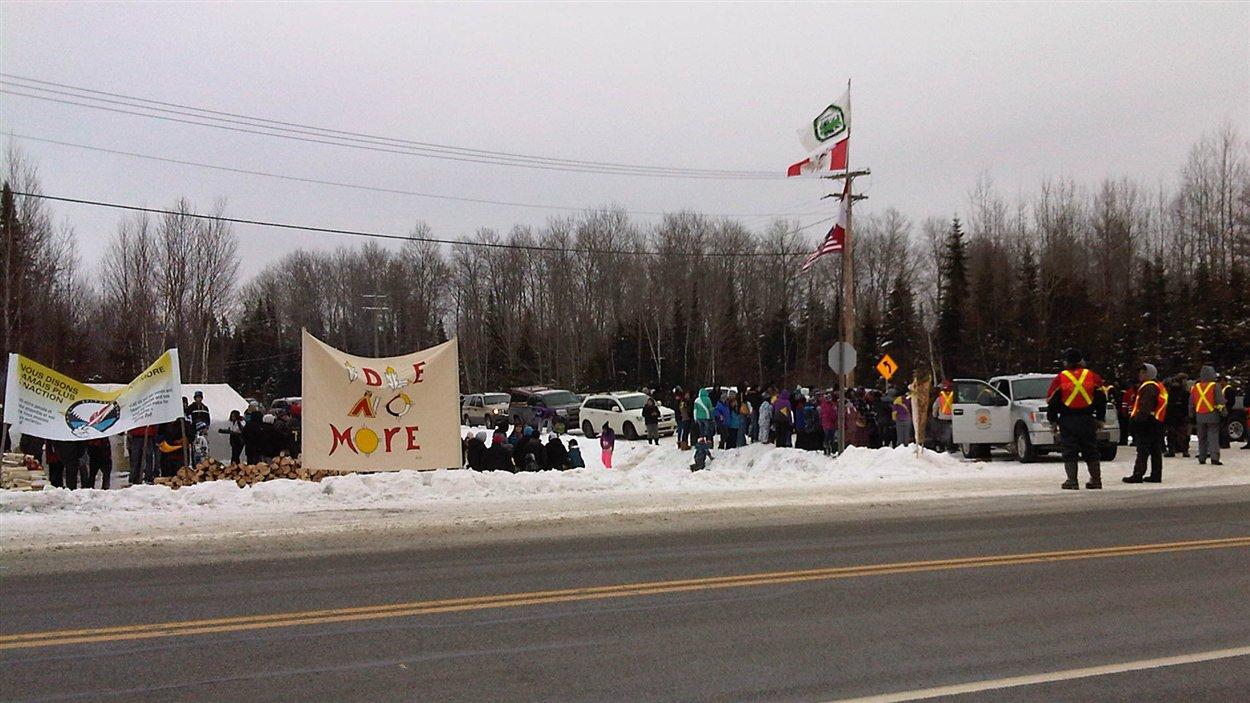 Une centaine de personnes se sont assemblées en bordure de la route 117, à Lac Simon, pour manifester à l'occasion du mouvement Idle No More.