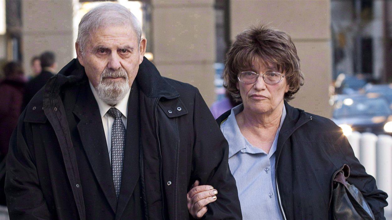 L'ancien psychiatre judiciaire Aubrey Levin, à gauche, quitte le tribunal de Calgary, le lundi 15 octobre 2012, en compagnie de sa femme, Erica Levin.