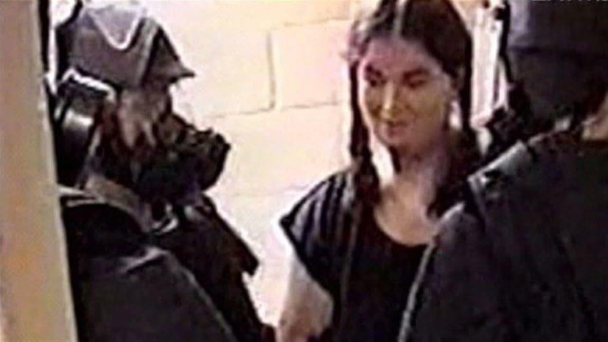 Dans cette image tirée d'une vidéo, on montre Ashley Smith entourée de gardiens dans un établissement de Joliette au Québec. Cette photo a été montrée au juré dans lors d'une formation sur le système carcéral du Canada.