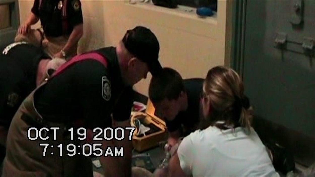 Des secouristes tentent de réanimer Ashley Smith dans une vidéo rendue publique par la cour le 21 janvier 2013.