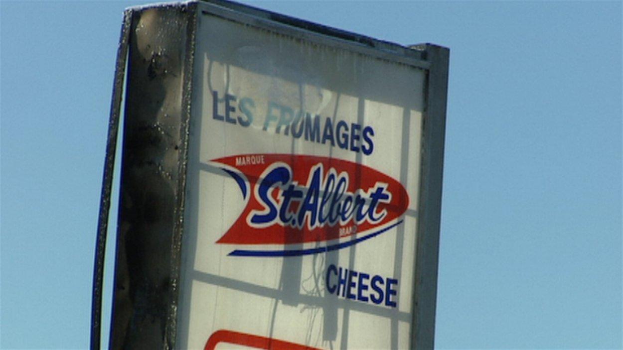 L'affiche de la fromagerie St-Albert a été endommagée par l'incendie.