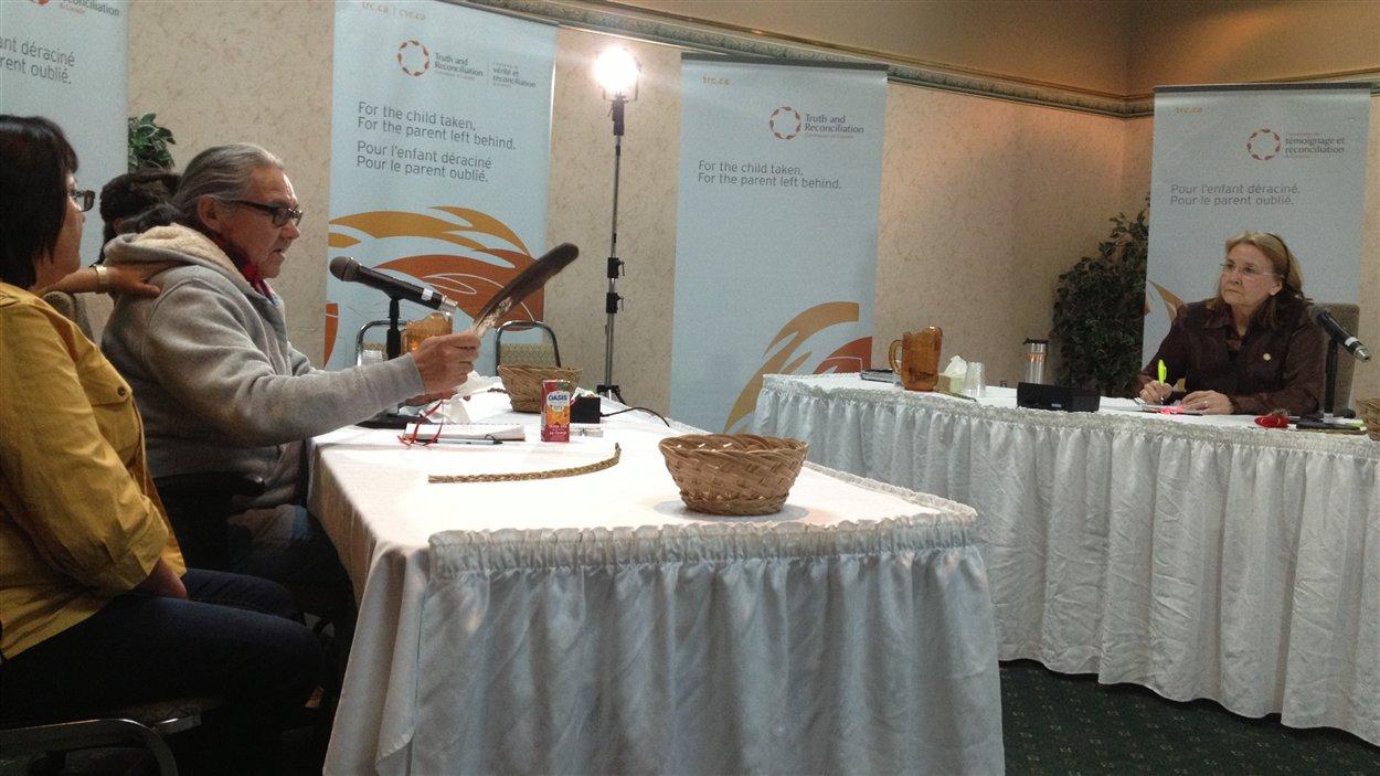 Un homme témoigne à la Commission de vérité et réconciliation du Canada, à Val-d'Or.
