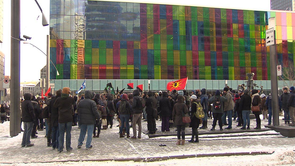 Des manifestants devant le Palais des congrès à Montréal