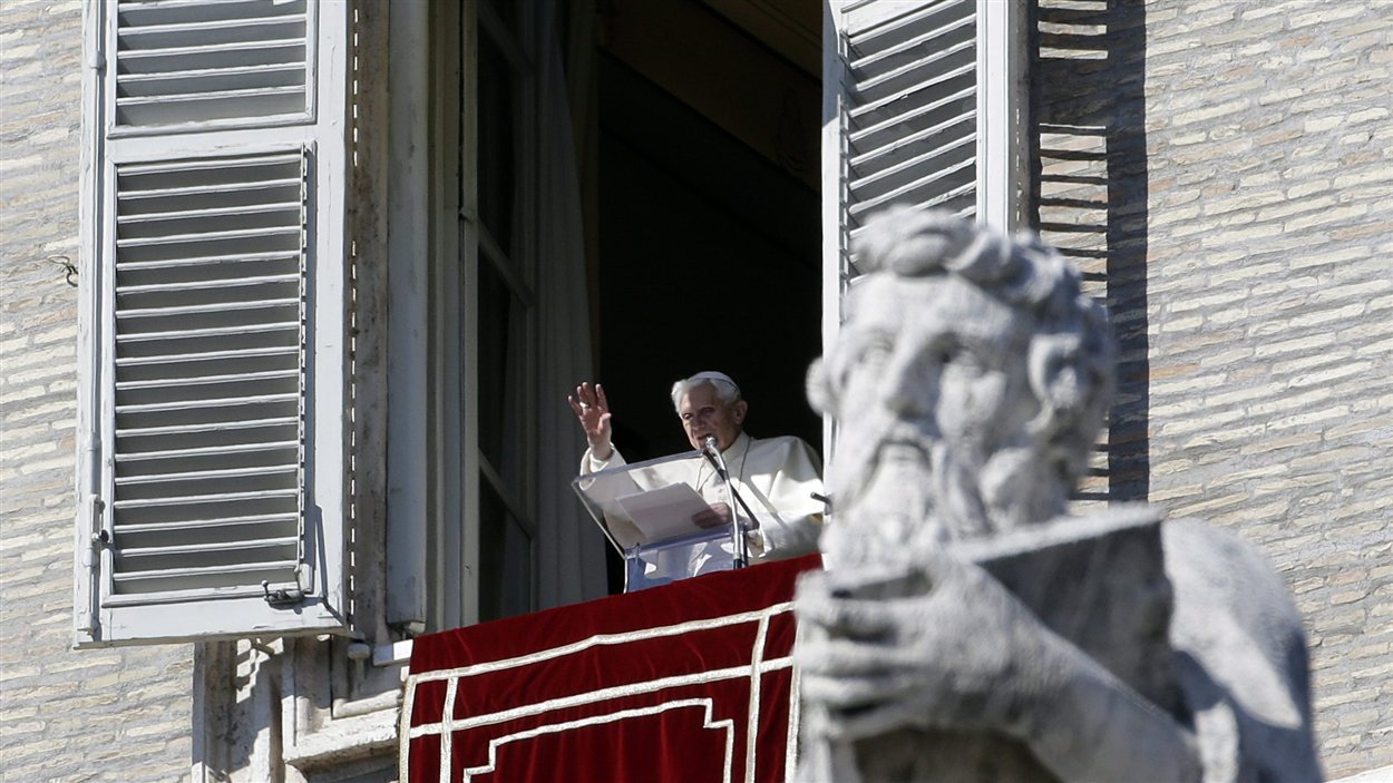 Le pape au balcon sur la place Saint-Pierre le 10 février 2013