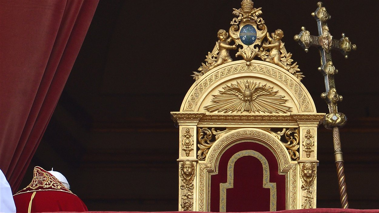 Le pape quitte le balcon de la basilique Saint-Pierre de Rome après sa bénédiction Urbi et Orbi le 25 décembre 2012