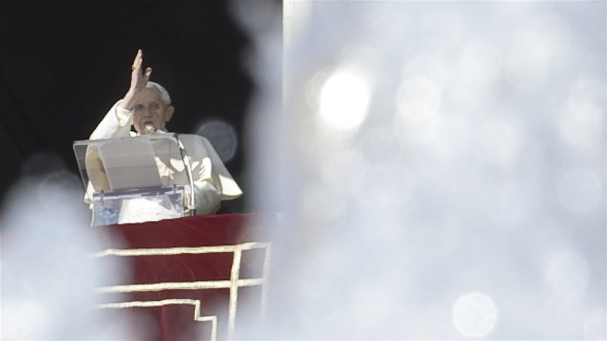 Le pape bénit la foule réunie devant son appartement le 10 février 2013.