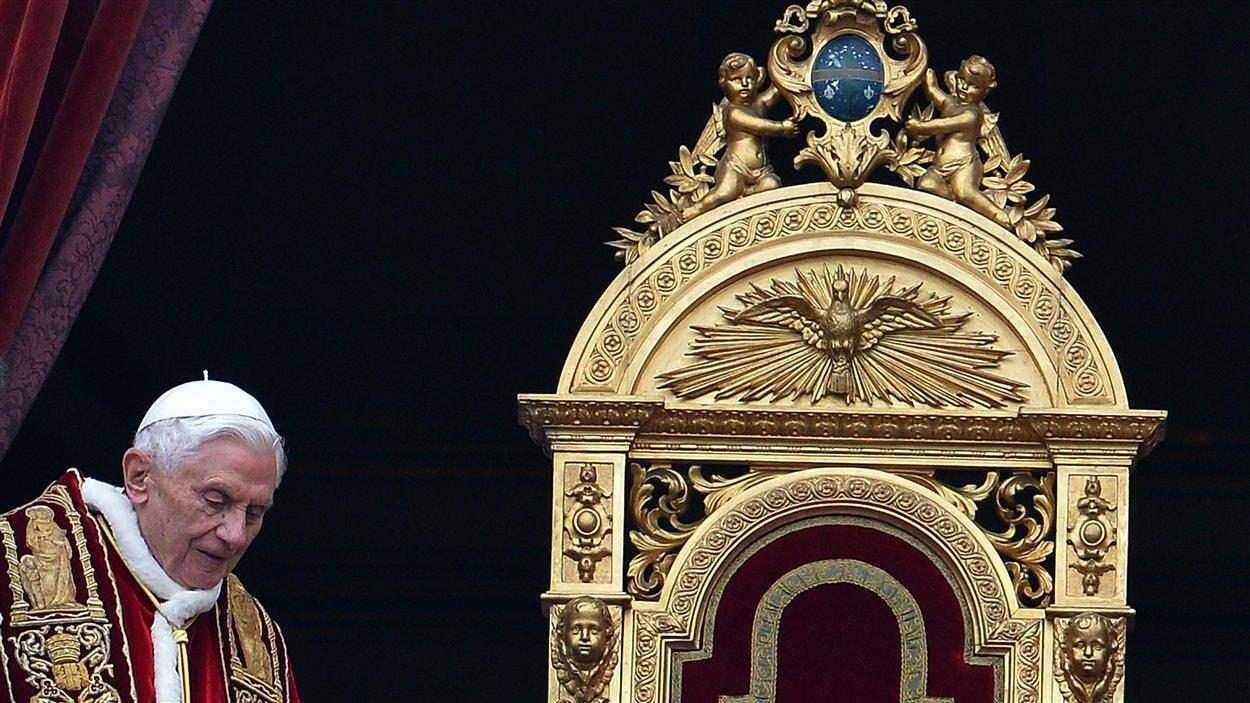 Le pape Benoît XVI arrive pour sa bénédiction Urbi et Orbi à la basilique Saint-Pierre de Rome, le 25 décembre 2012.