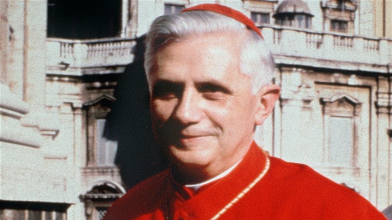 Le cardinal Joseph Ratzinger en 1977 lors d'un voyage au Vatican