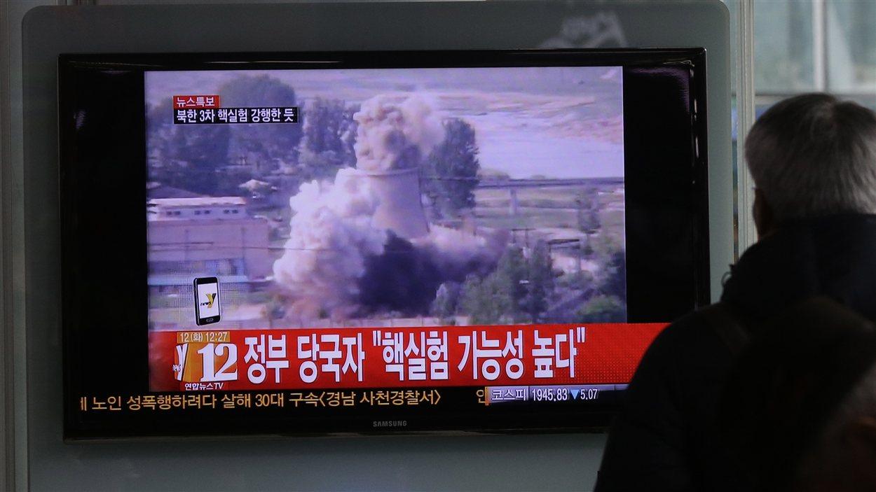 Un Sud Coréen regarde la télévision annonçant le test nucléaire nord coréen dans une gare ferroviaire de Séoul.