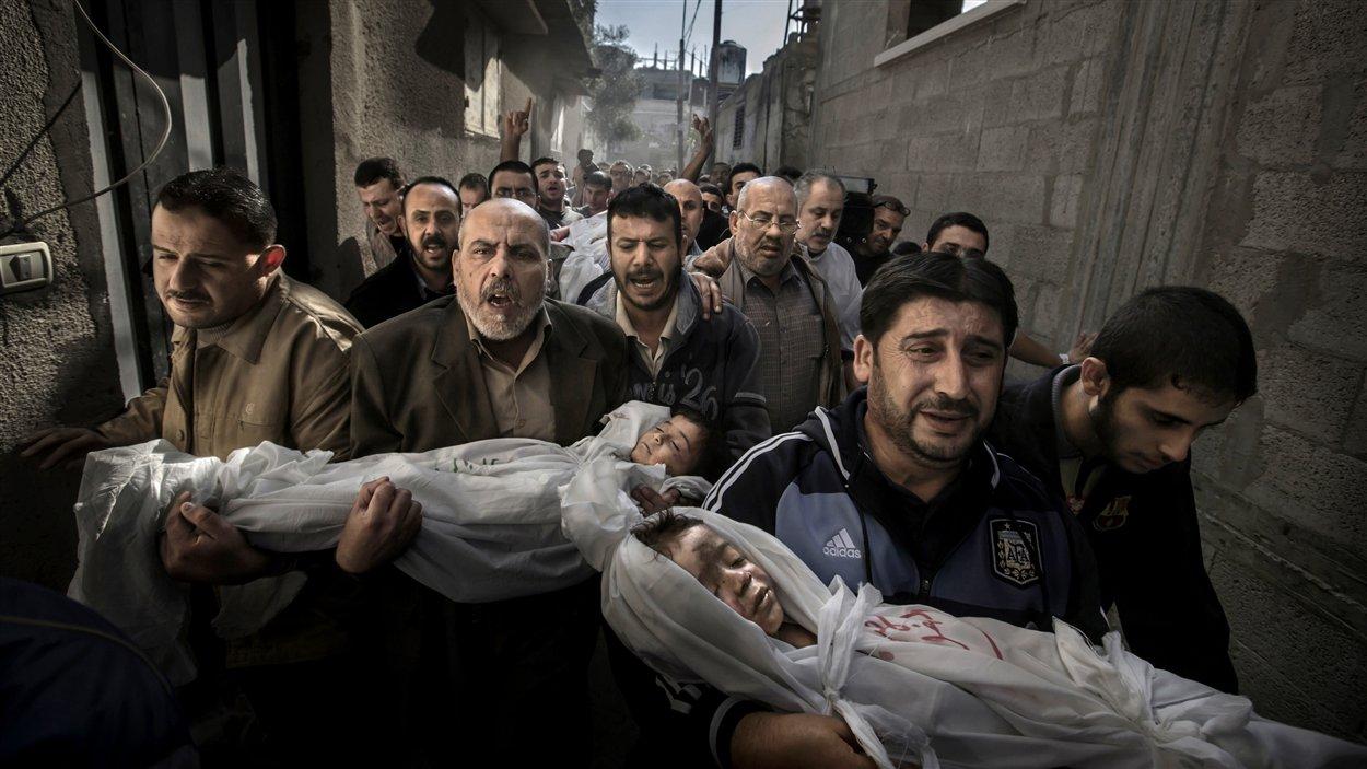 Photo de l'année 2012 du World Press Photo prise dans la ville de Gaza (territoires palestiniens) le 20 novembre 2012.