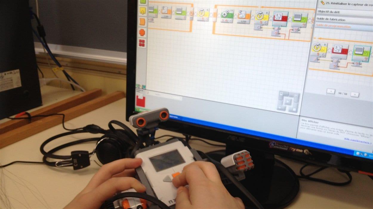 Un atelier de robotique à l'école primaire Saint-Louis de Nédélec