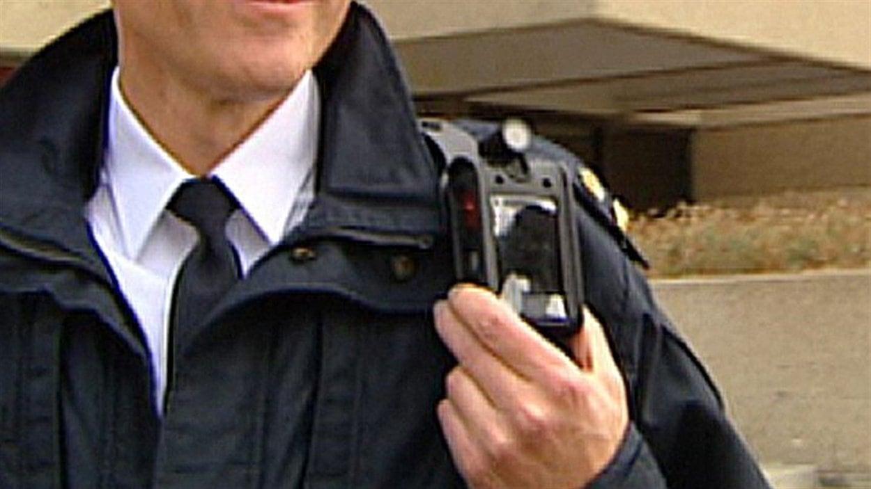 La caméra ajoutée à l'uniforme d'un policier
