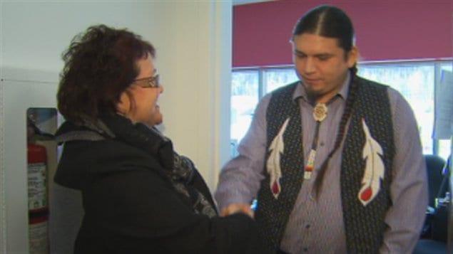 La ministre déléguée Élizabeth Larouche et le chef de Wemotaci David Boivin