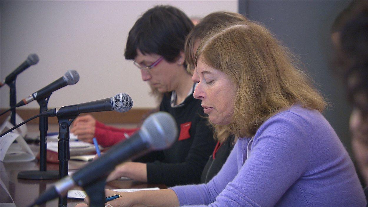 Diane Lamoureux, une porte-parole des Profs contre la hausse, présente le point de vue du mouvement.