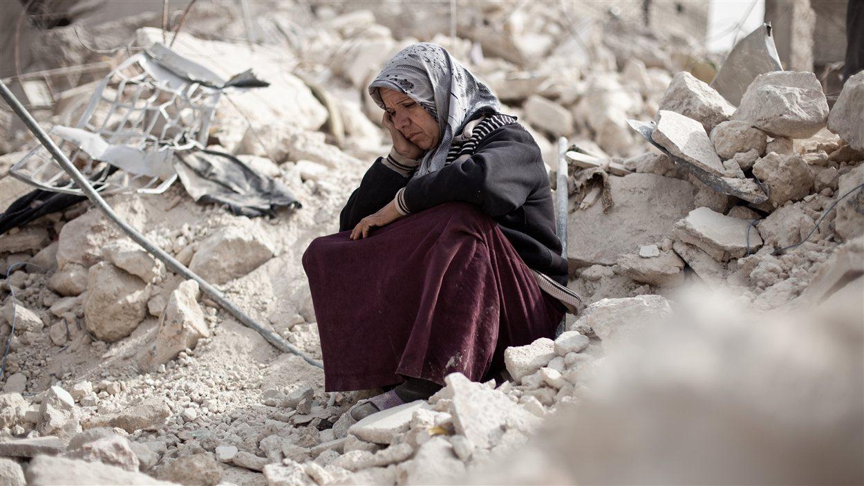 Une Syrienne d'Alep au milieu des ruines de son quartier bombardé