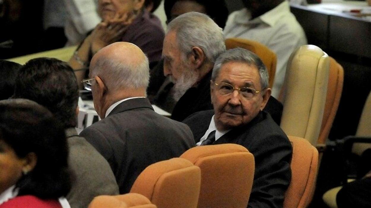 (24 février 2008) Le président cubain Raul Castro (face à l'objectif) et l'ex-président Fidel Castro (au centre, de profil) assistent à la séance inaugurale de la nouvelle Assemblée nationale cubaine.
