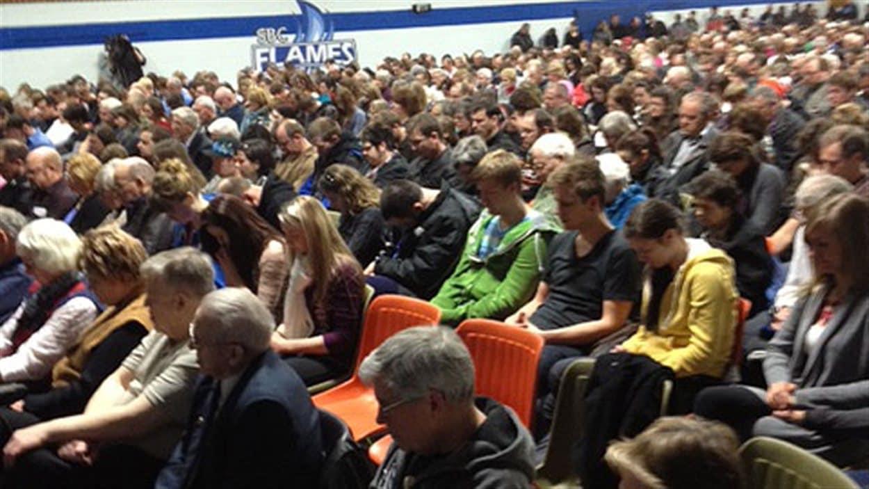 Des gens prient à l'école secondaire chrétienne de Steinbach le 24 février 2013.