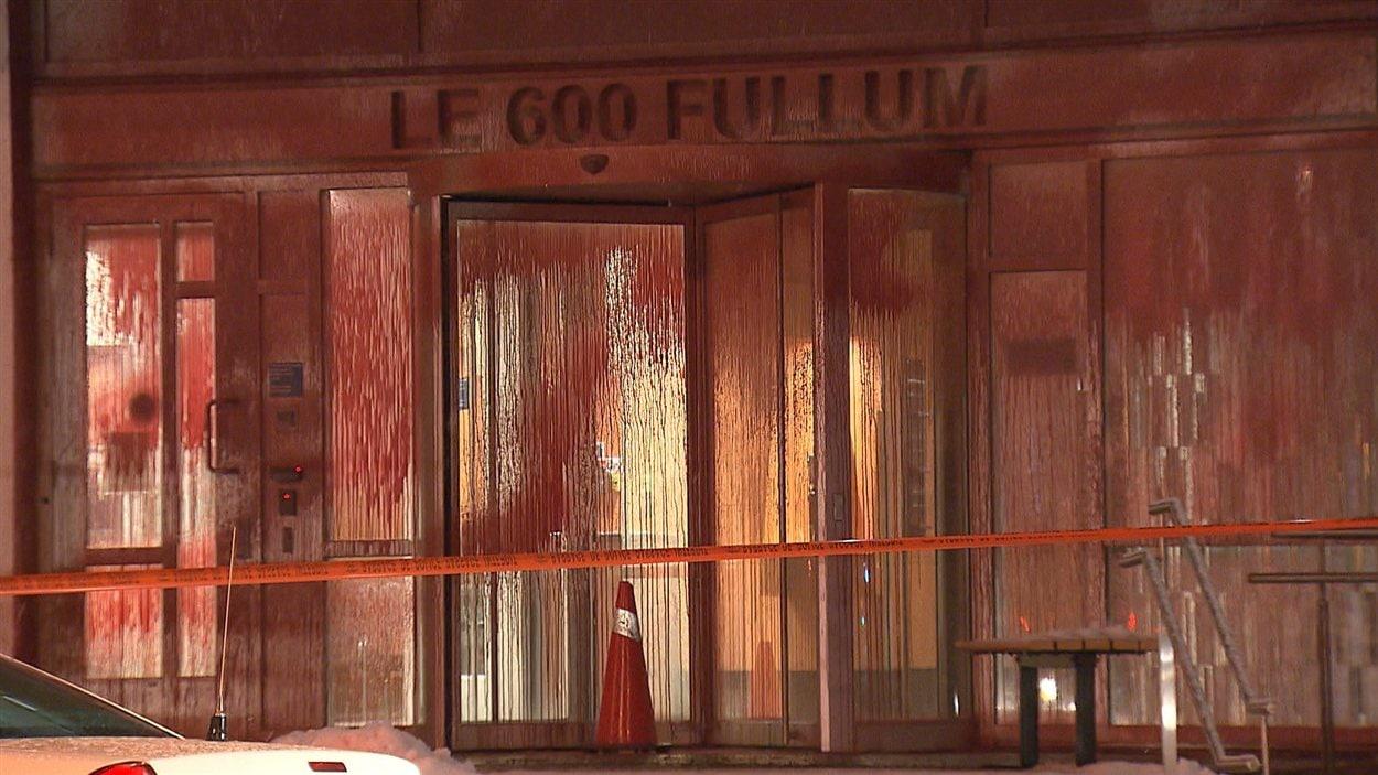 La façade du ministère de l'Éducation, à Montréal, a été aspergée de peinture rouge pendant la nuit.