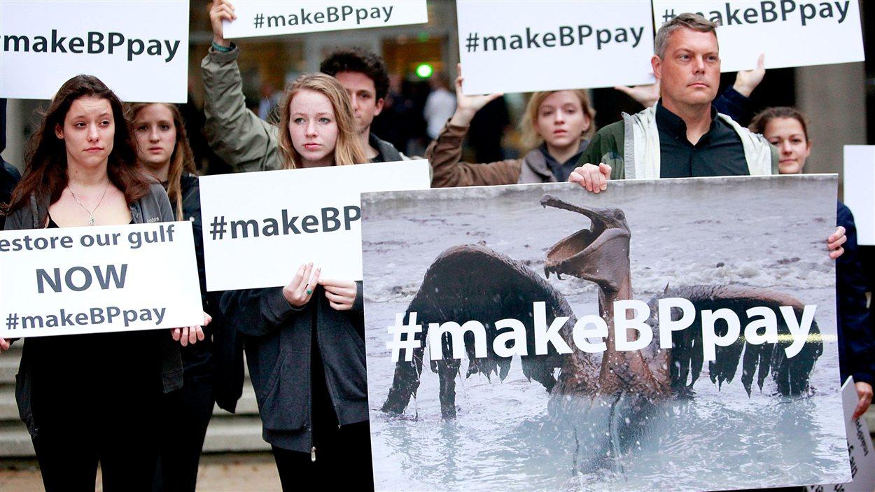 Des manifestants protestent au premier jour du procès de BP à La Nouvelle-Orléans.