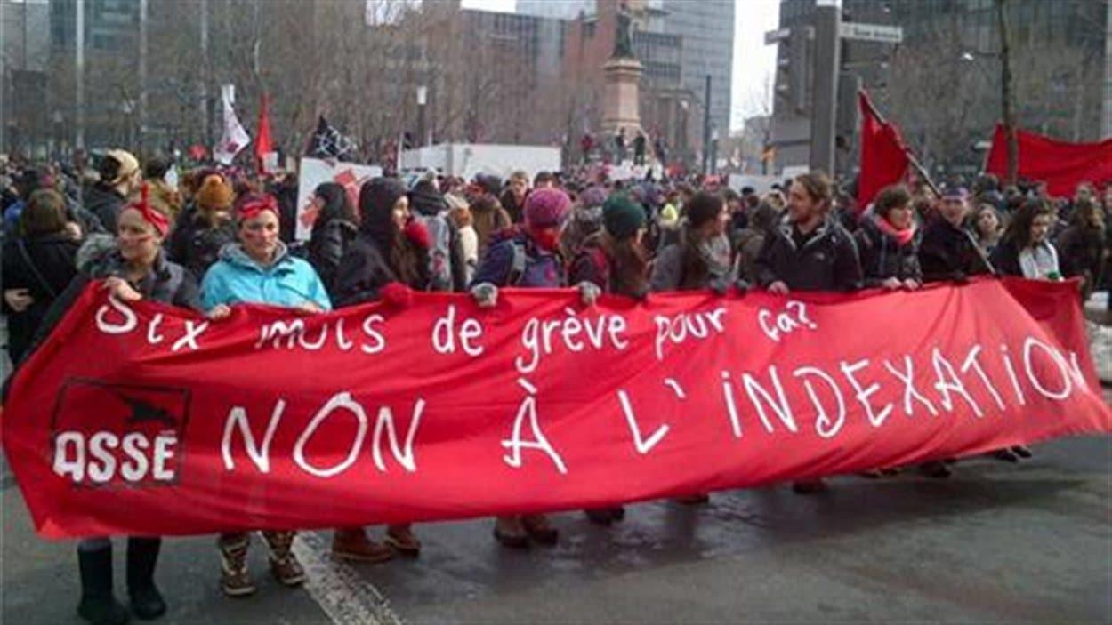Des manifestants s'opposent à l'indexation des droits de scolarité.