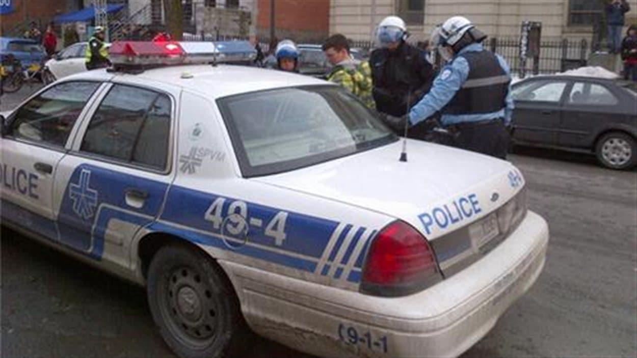 Des policiers du SPVM arrêtent un manifestant.