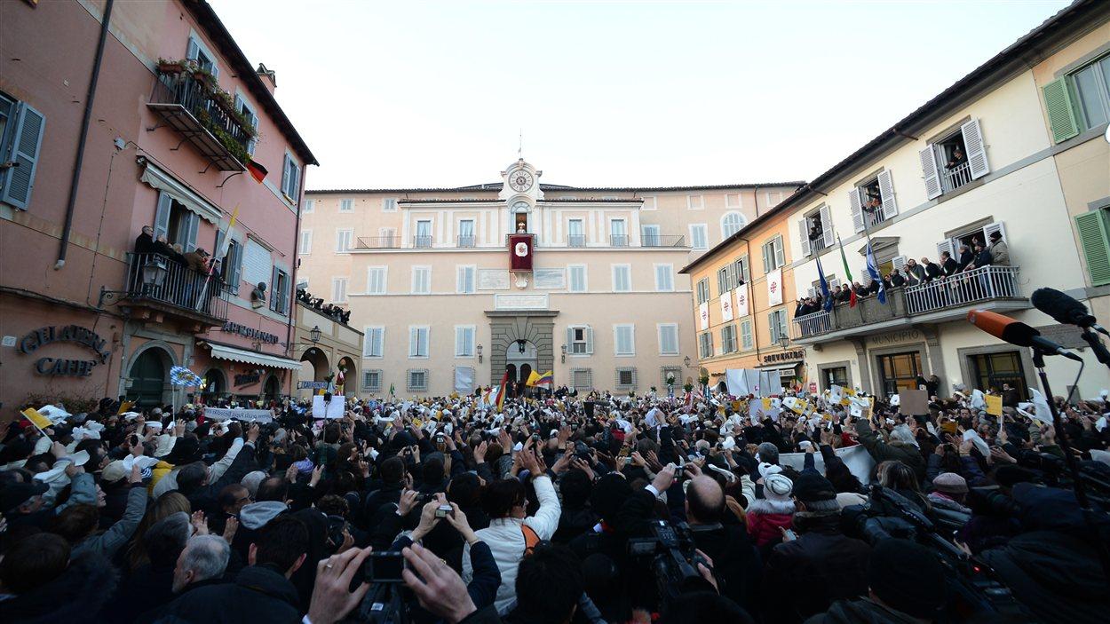 Des fidèles  Castel Gandolfo jeudi matin