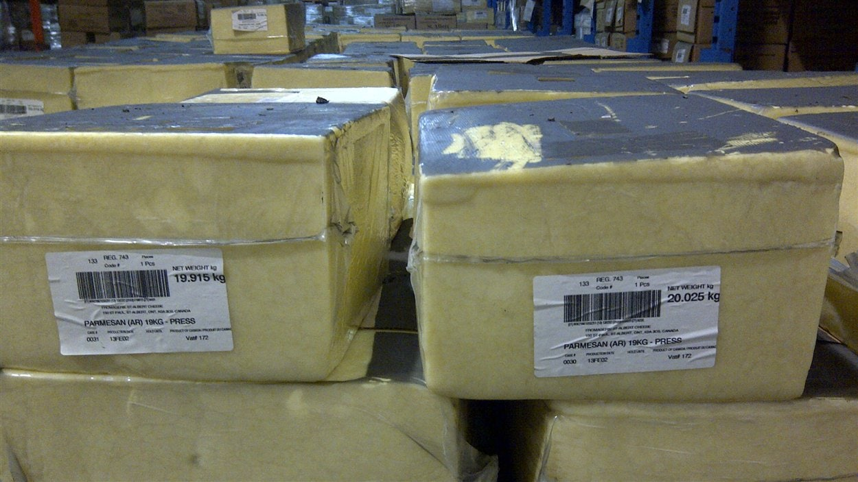 Le fromage qui se trouvait dans l'entrepôt sera réemballé avant d'être vendu.
