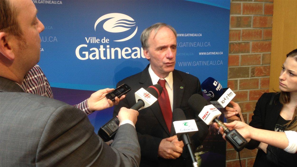 Le maire Marc Bureau répond aux questions des journalistes.