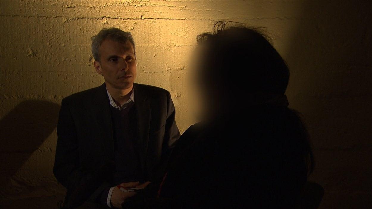 Le journaliste Benoît Giasson discute avec la mère d'un jeune Canadien soupçonné de terrorisme.