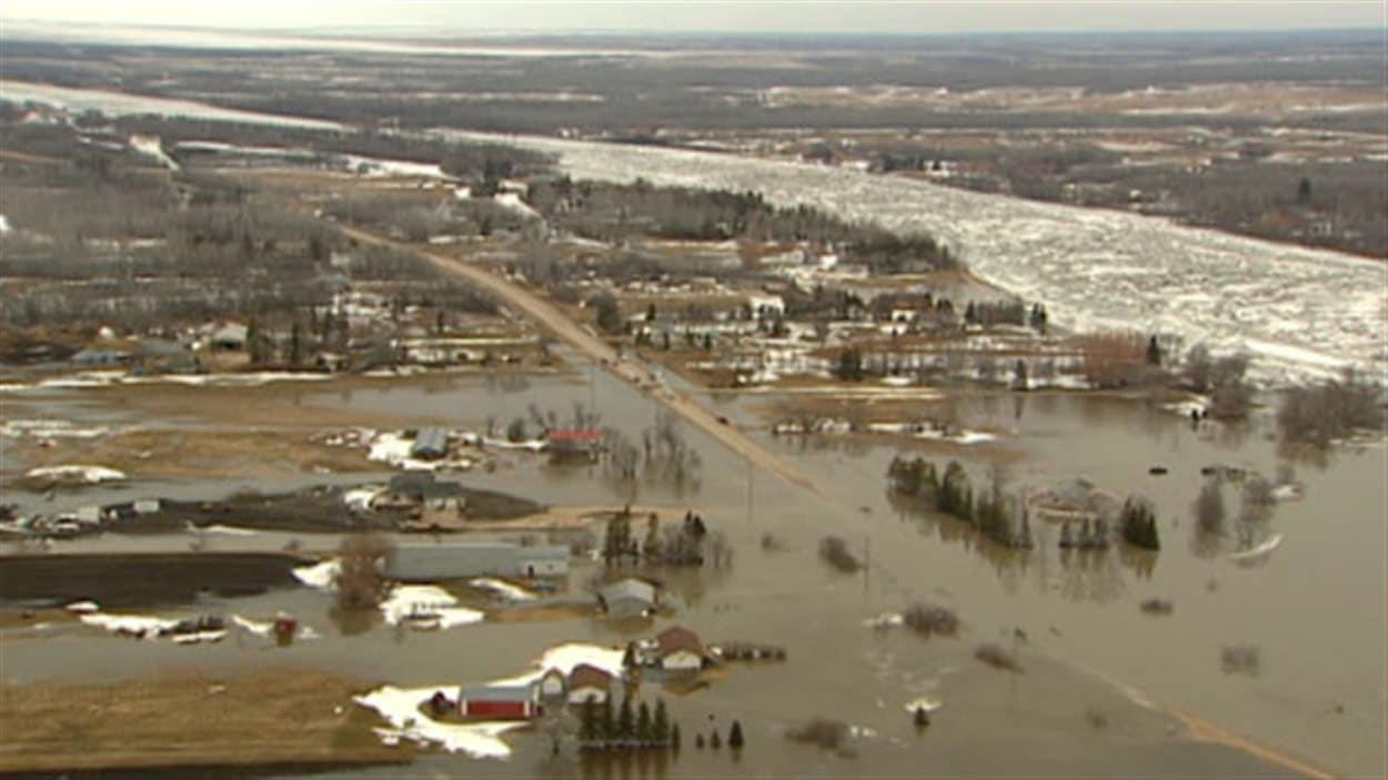Des terres inondées près du lac Manitoba en 2011