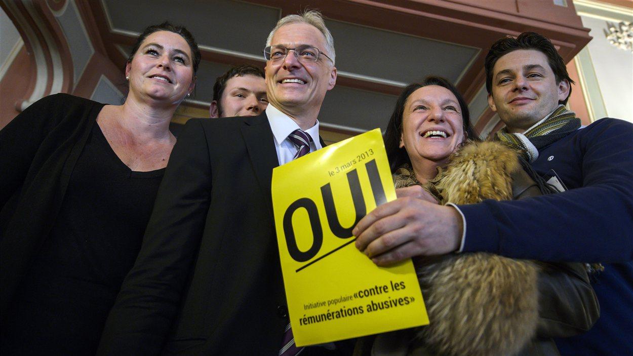 Le parlementaire Thomas Minder en compagnie de quelques partisans de son initiative pour abolir les parachutes dorés