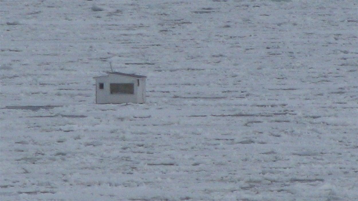 Une des cabanes à pêche à la dérive sur le fleuve Saint-Laurent.