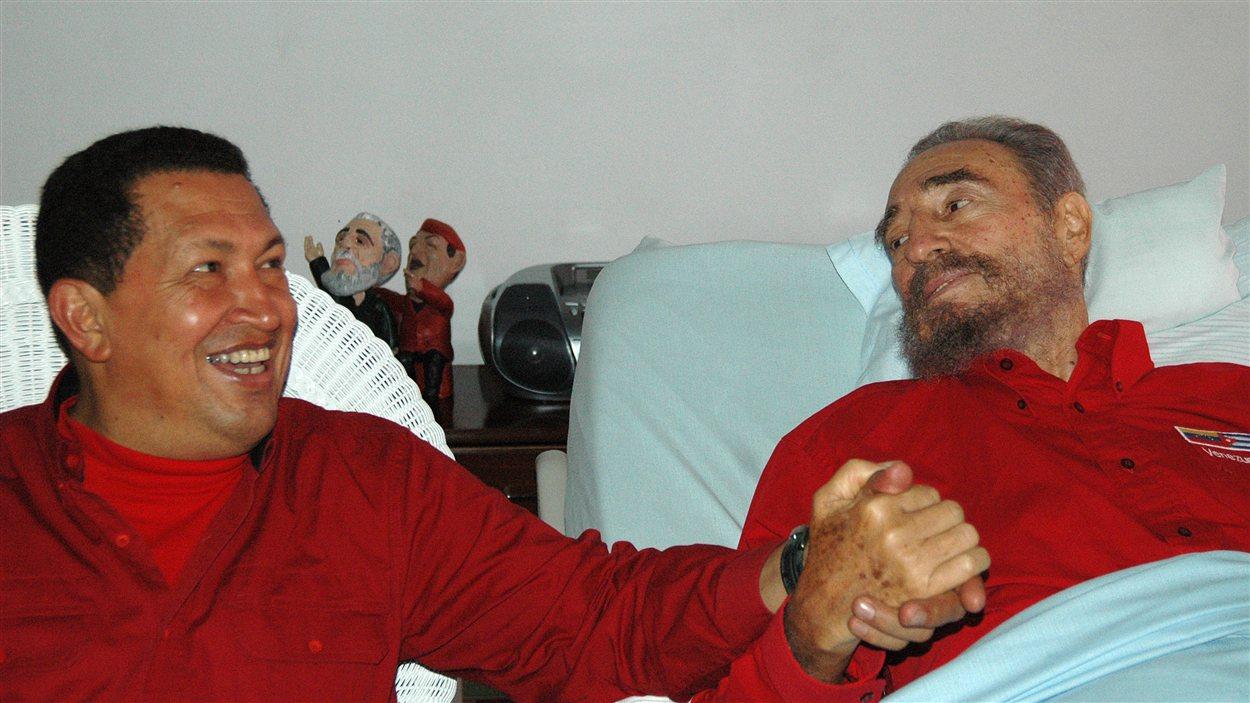 (2006) Hugo Chavez au chevet de son ami Fidel Castro qui se remet d'une intervention chirurgicale.