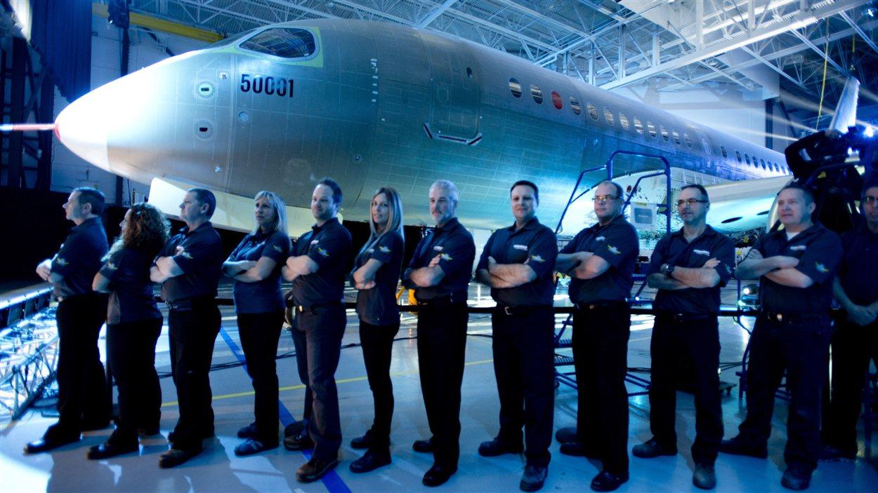 Des employés de Bombardiers posent devant le CSeries.