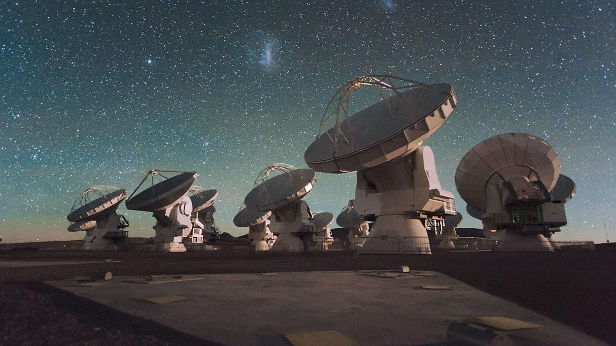 Certains des télescopes du réseau ALMA
