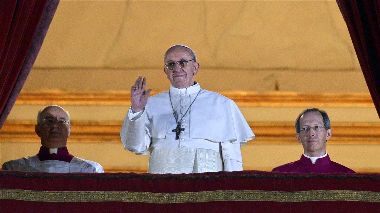 L'Argentin Jorge Bergoglio s'est présenté devant la foule en tant que François Ier, devant le 266e pape de l'Église catholique, le 13 mars 2013