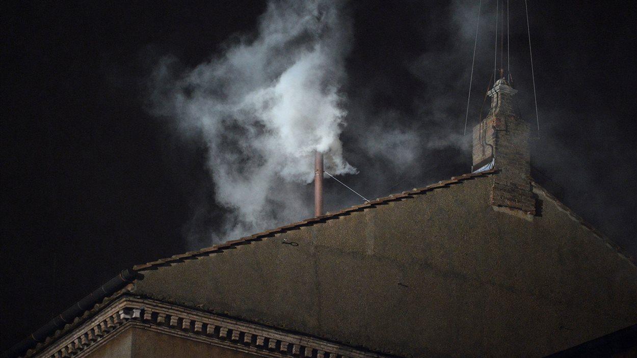 La fumée blanche qui a annoncé au monde l'élection d'un nouveau souverain pontife, le 13 mars 2013