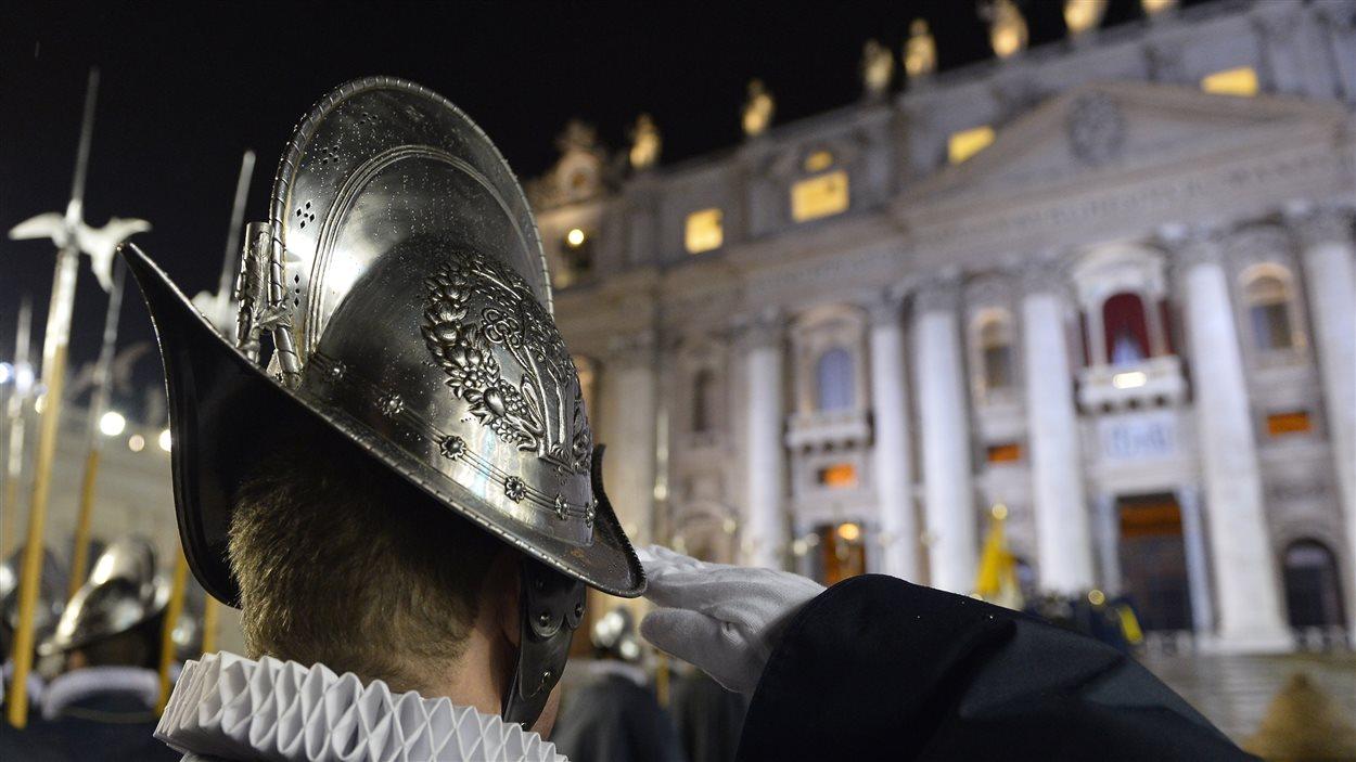 Un garde suisse devant le balcon où le nouveau pape s'apprête à être présenté aux fidèles, le 13 mars 2013