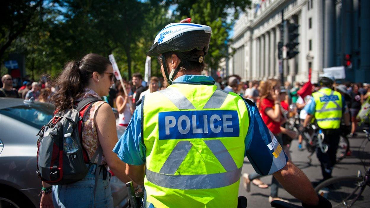 Policier encadrant une manifestation, Montréal
