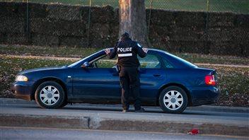 Un policier discute avec un automobiliste après avoir lui donné une contravention.