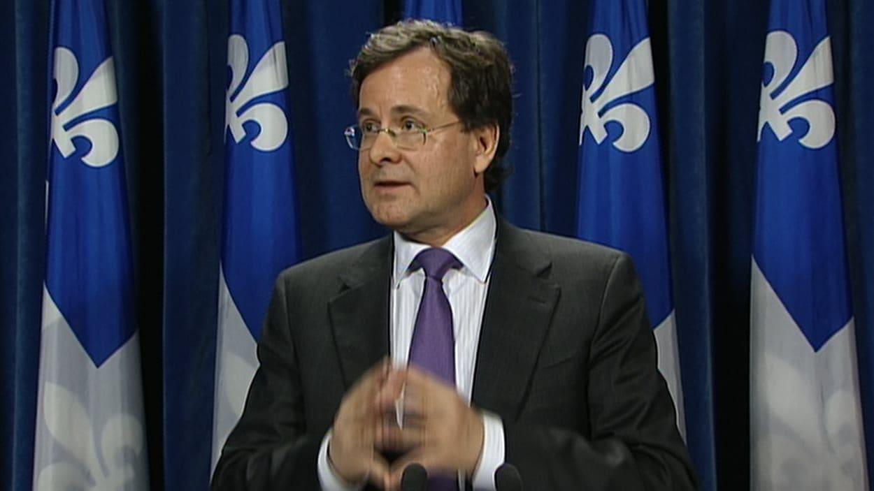 Le ministre québécois de la Justice Bertrand St-Arnaud annonce le prolongement de la commission Charbonneau.