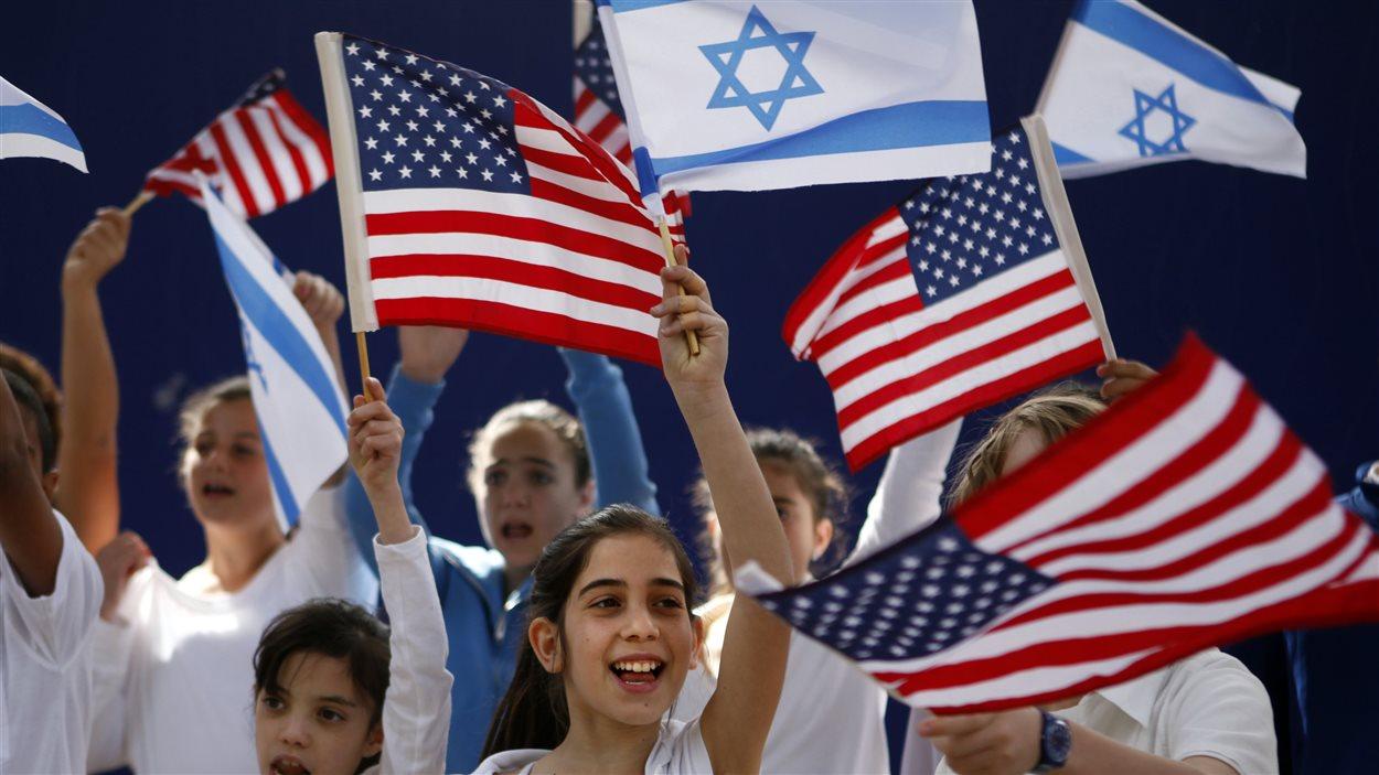 Des enfants israéliens se préparent à accueillir le président Barack Obama.