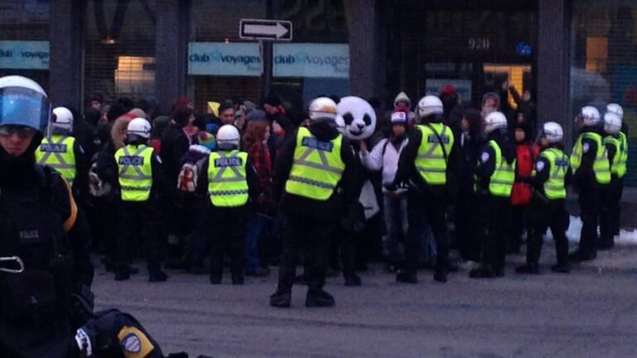 La mascotte Anarchopanda parmi les manifestants pris en souricière, le 22 mars 2013