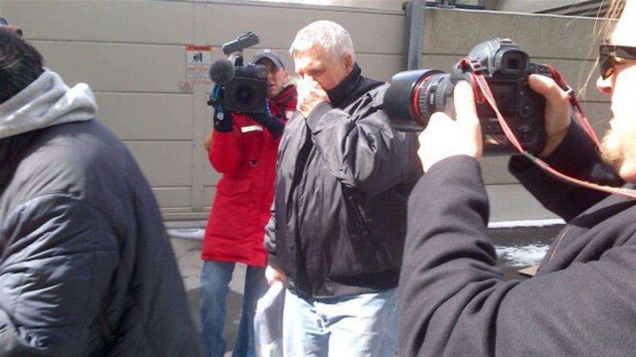 Gordon Stuckless à sa sortie d'un poste de police de Toronto