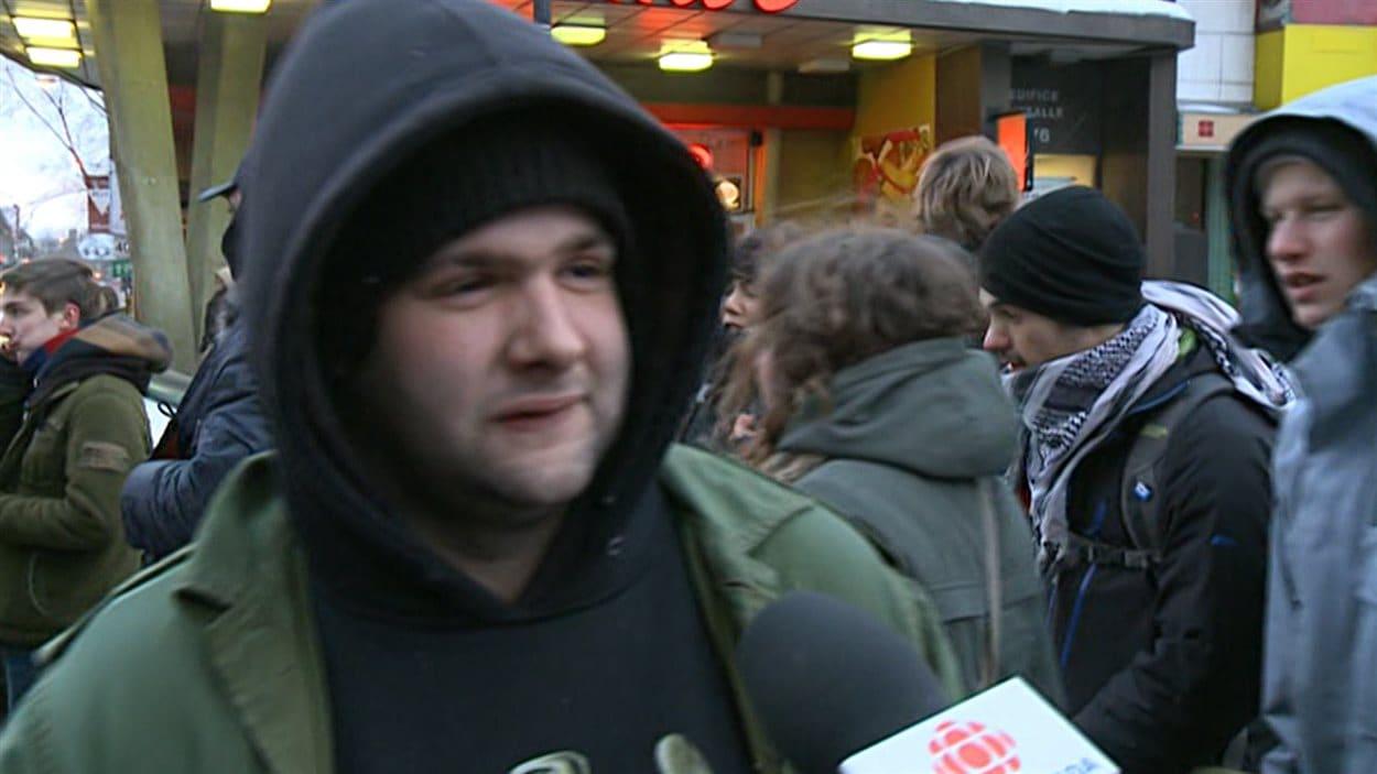 Un manifestant à Montréal le 22 mars