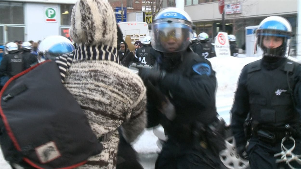 Un manifestant dans une altercation avec les policiers, lors de la manifestation du 22 mars 2013