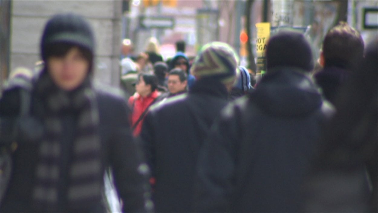 Des gens qui marchent dans la rue à Ottawa.