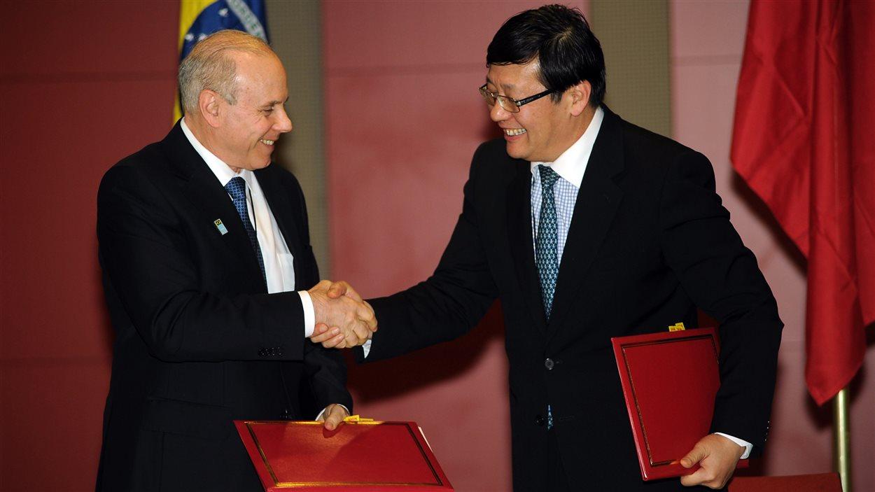 Les ministres des Finances de la Chine, Lou Jiwei, à droite, et du Brésil, Guido Mantega, à Durban