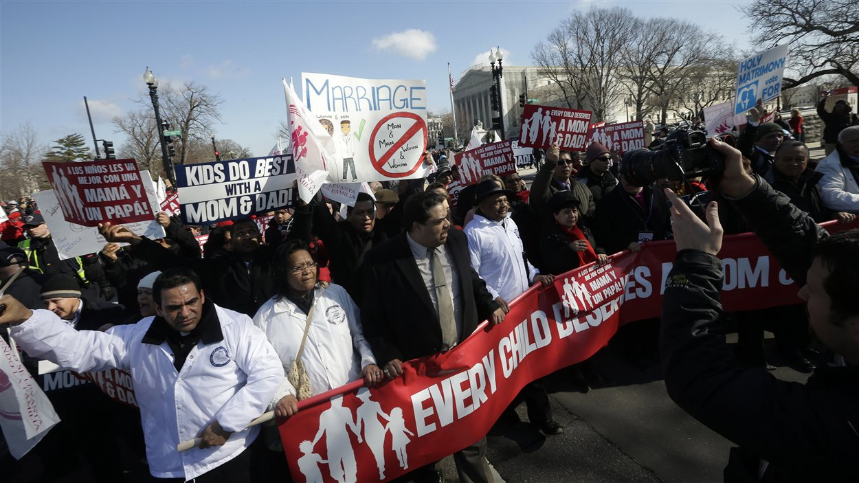 Des opposants au mariage entre conjoints de même sexe marchent dans les rues de Washington.