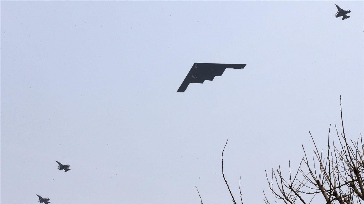 Des bombardiers B-2 américains larguent des munitions sur une île sud-coréenne le 28 mars 2013, dans le cadre d'un exercice militaire conjoint.